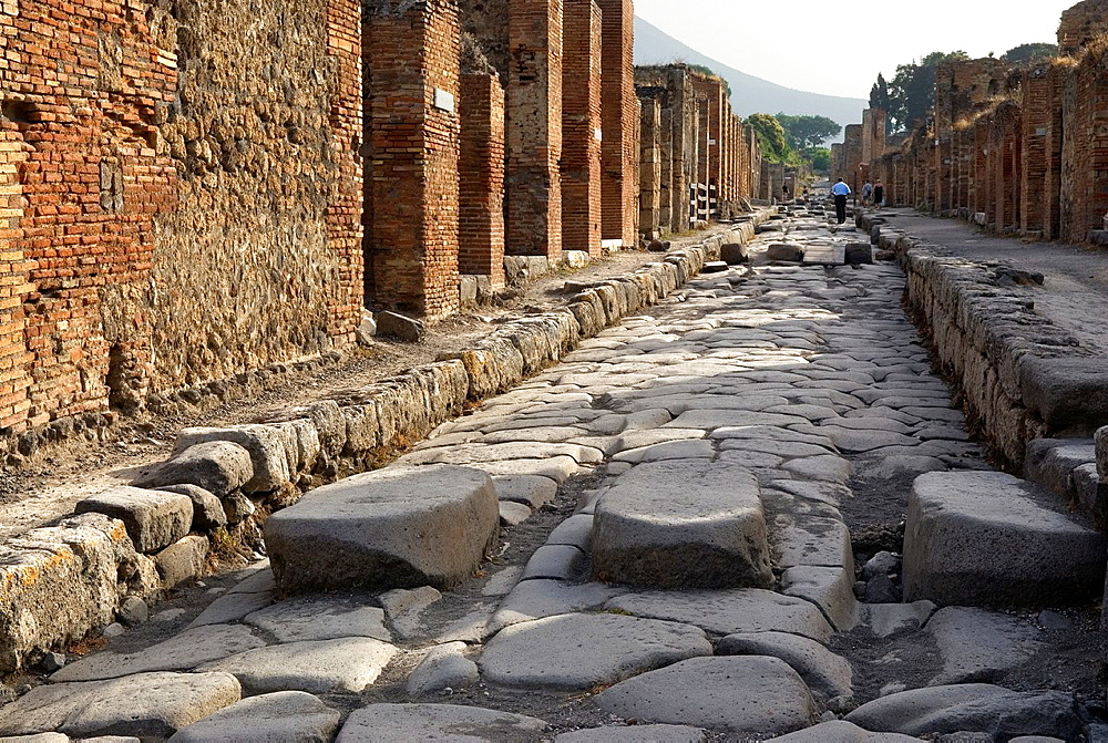 Because of the perpetually flowing water, stepping stones were required to cross the streets and keep the way for carts, archeological site of Pompeii, province of Naples, Campania region, southern Italy, Europe