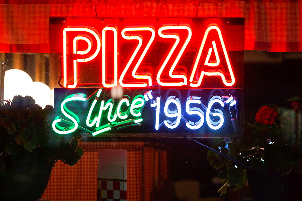 USA, North Dakota, Fargo, Pizza since 1956, neon sign