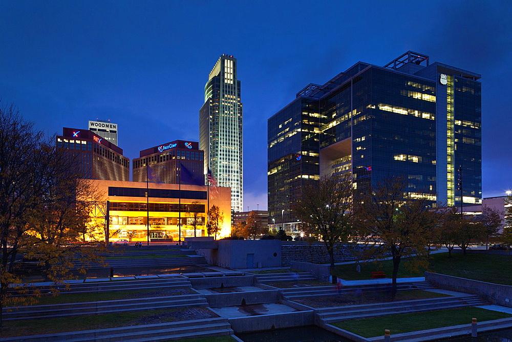 USA, Nebraska, Omaha, Gene Leahy Mall, skyine, dusk