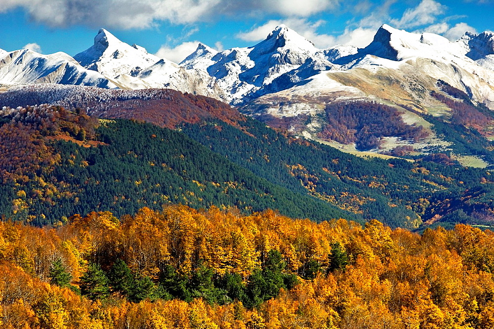 Linza and Zuriza summits from the Sierra de Abodi in autumn, Pyrenees, Navarra, Spain, Europe