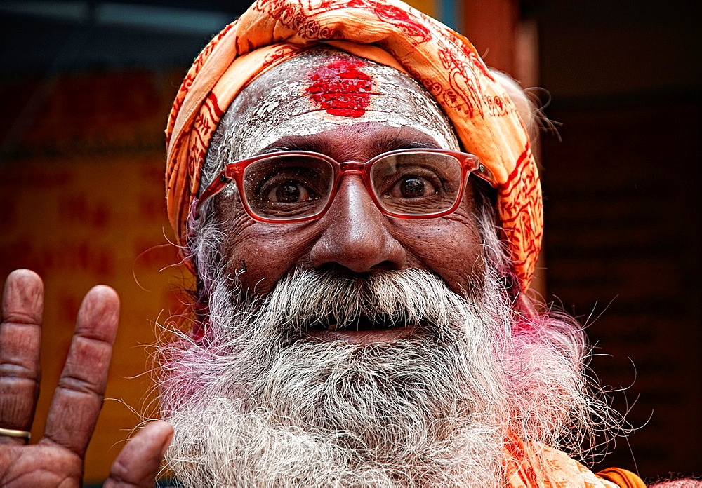 Sadhu saying hello, Varanasi, Benares, Uttar Pradesh, India - 817-434609