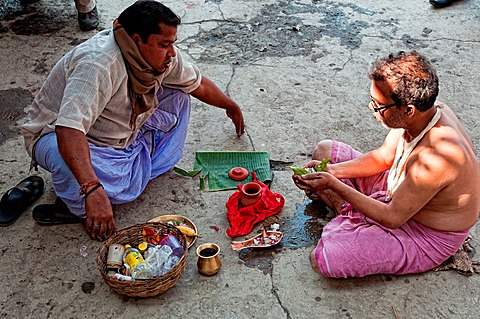 Brahmin performing ritual ceremony on the gaths Mullik ghat, Calcutta, West Bengal, India