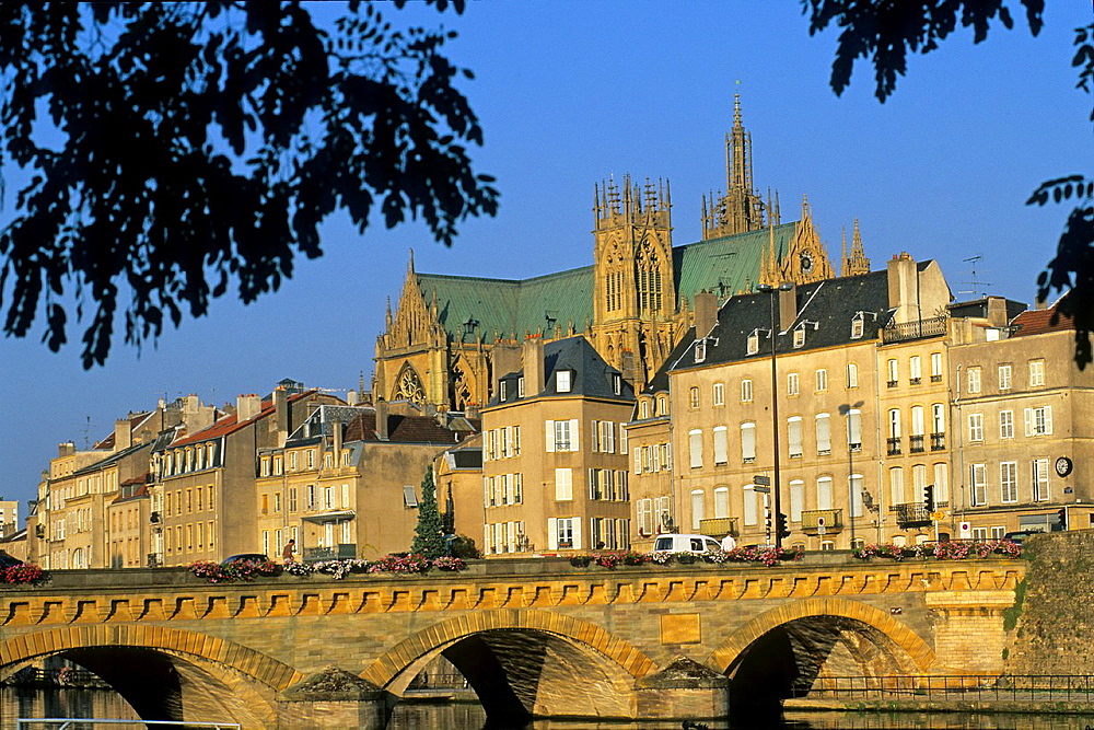 Pont Moyen, bridge over the Moselle River with the Cathedrale in background, Metz, Moselle department, Lorraine region, France, Europe