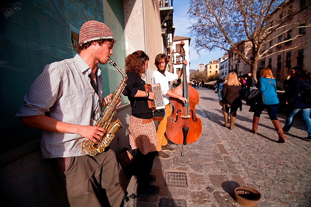 Street musicians in the career of the Darro, Granada, Spain