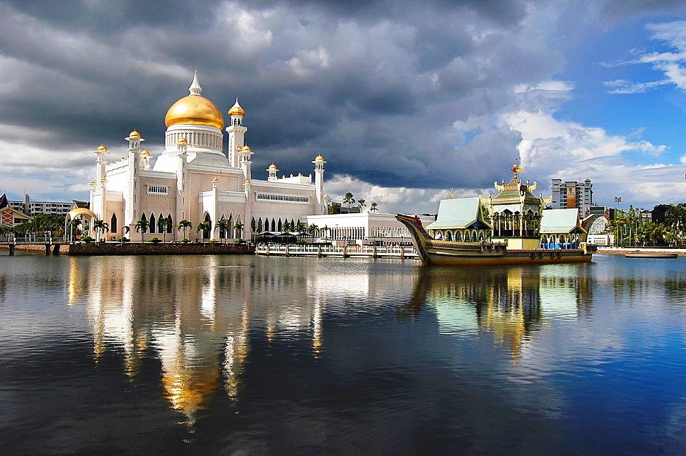 Sultan Omar Ali Saifuddin Mosque in Brunei. Brunei, Bandar Seri Begawan