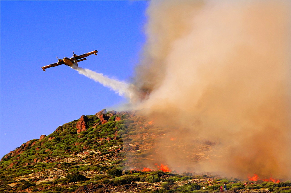 Fighting against the fire with help of an hydravion on the semi-island of cesme, Turkey