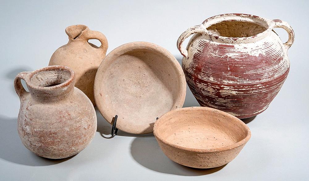 5 Iron Age Terracotta vessels 1st millennium BCE 2 bowls, cooking pot, jug and decanter.