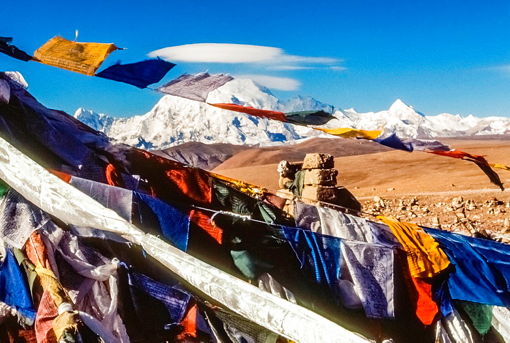 The 5150m Lalung La pass, Shishapangma dominates the background, Tibet.
