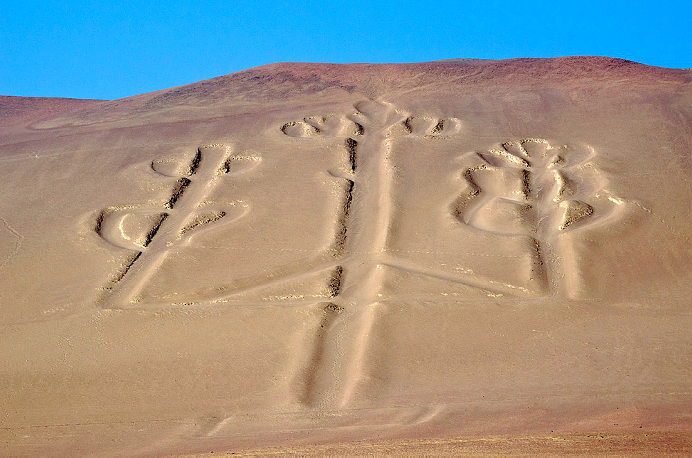 Paracas National Reserve, Paracas Candelabro geoglyph. Paracas culture 200 BCE. - 817-444966