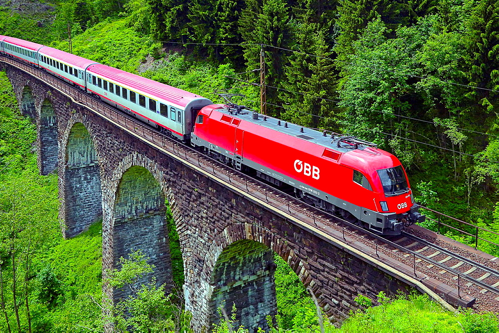 Austrian Federal Railway, oBB, Passenger train on the Hundsdorfer viaduct.