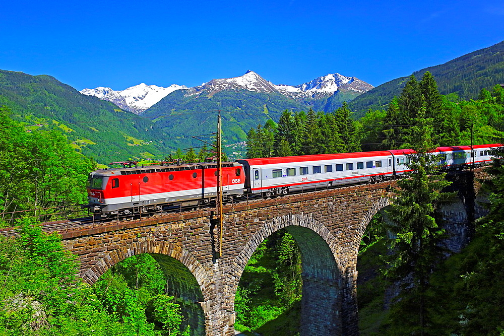 Austrian Federal Railway, oBB, Passenger train on the Hundsdorfer viaduct