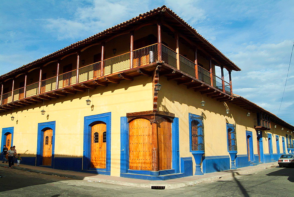 Leon, Nicaragua preserved as part of their heritage, Spanish style houses of the eighteenth and nineteenth centuries, with central courtyards, large hallways, high adobe walls, beam ceilings, floors and tile.