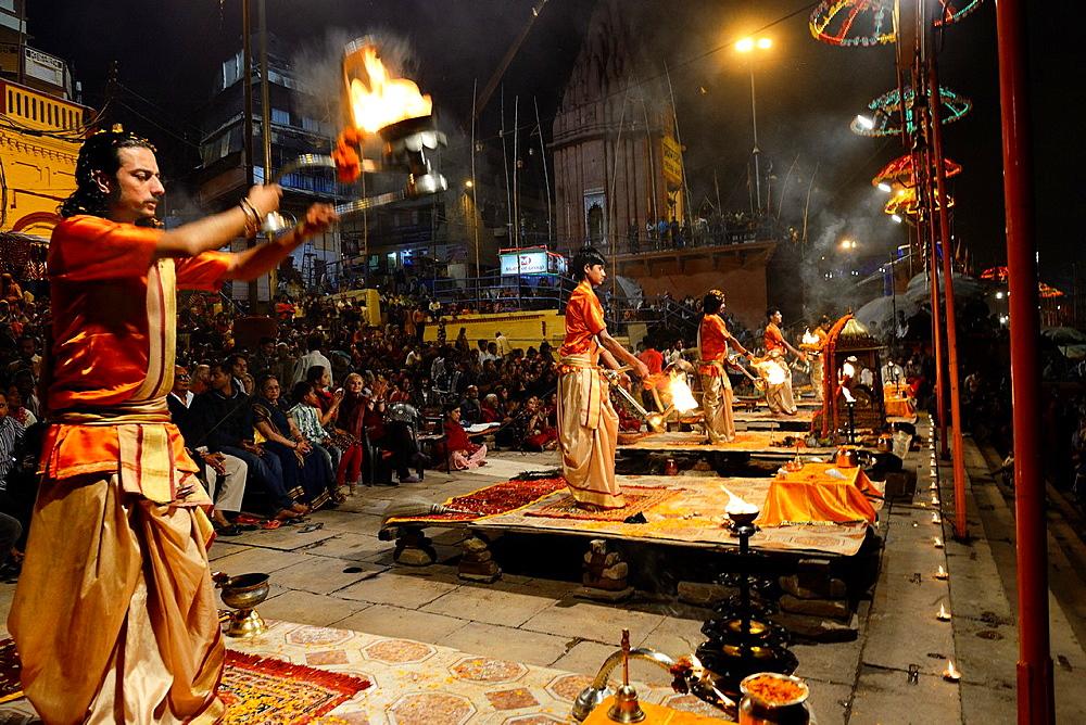 India, Uttar Pradesh, Varanasi, Aarti, Offering of light to the Ganges. - 817-453452