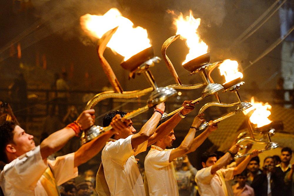India, Uttar Pradesh, Varanasi, Aarti, Offering of light to the Ganges. - 817-453460