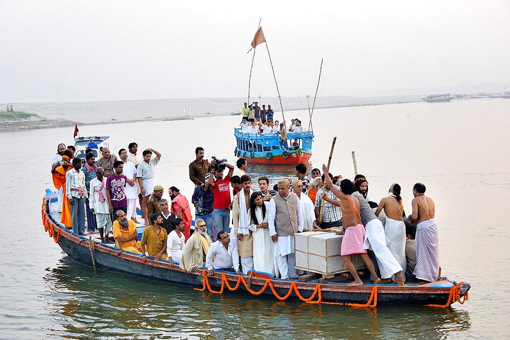 India, Uttar Pradesh, Varanasi, Disciples and followers of deceased guru Satuwa Baba escorting his coffin on the Ganges.