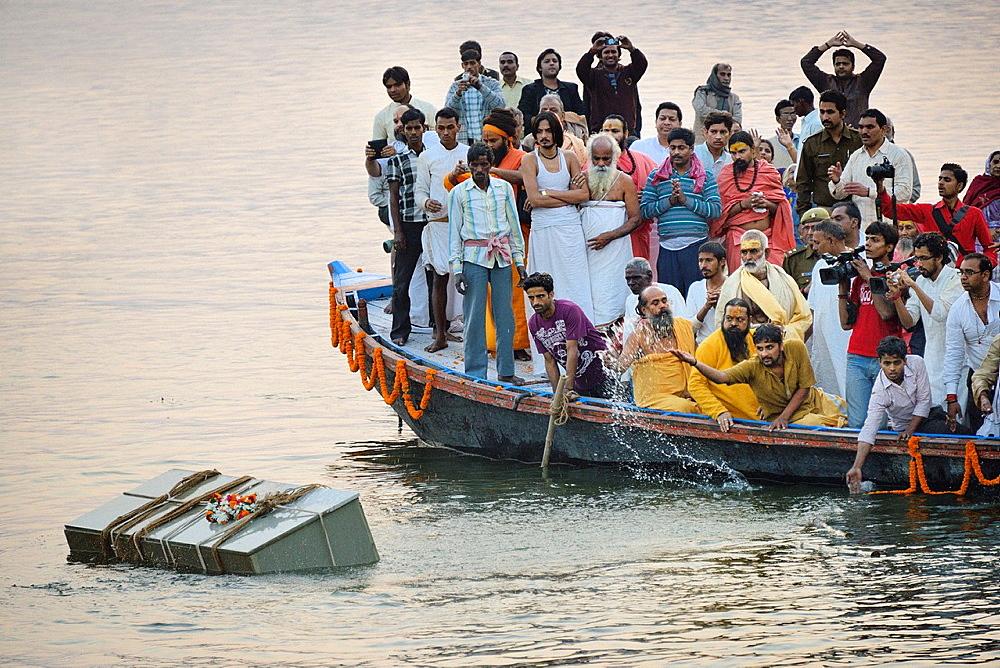 India, Uttar Pradesh, Varanasi, Immersion of the coffin of guru Satuwa Baba in the Ganges.