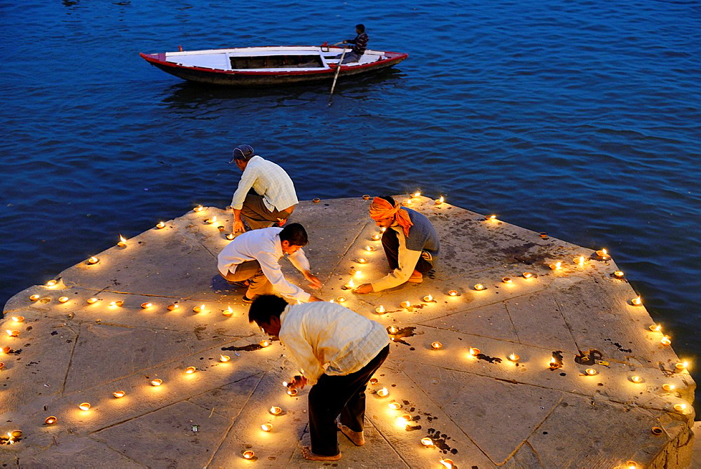 India, Uttar Pradesh, Varanasi, Dev Deepawali festival, Hindu devotees lighting oil lamps. - 817-453477