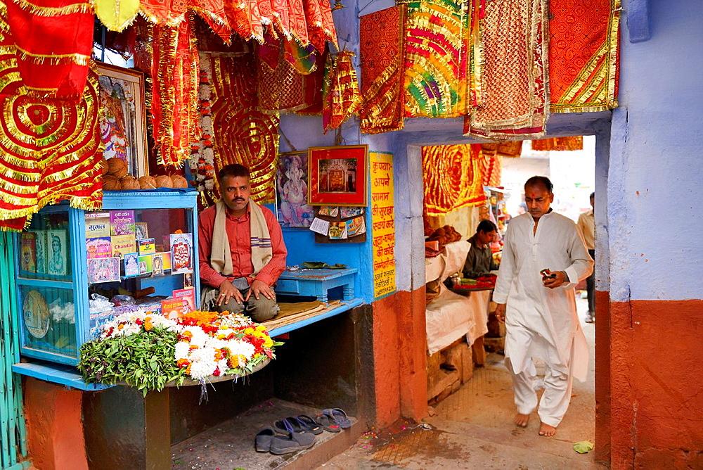 India, Uttar Pradesh, Varanasi, Temple entrance.