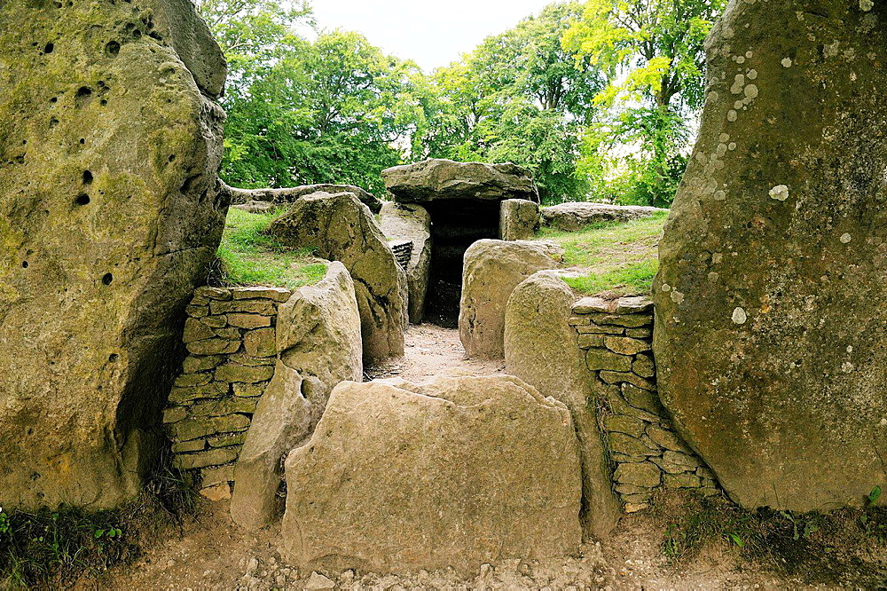 Waylandís Smithy Neolithic long barrow chamber tomb. Oxfordshire England. Entrance passage and chambers beyond facade stones