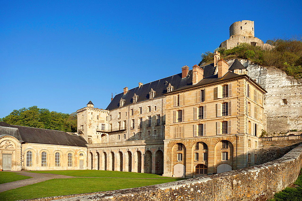 Chateau de La Roche-Guyon with dungeon (castle keep) rising above it, Roche-Guyon, Ile de France, France.