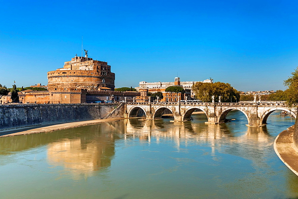 View over the river Tiber to the bridge Ponte Sant'Angelo and the Castle of the Holy Angel, Castel Sant'Angelo. The Castel Sant'Angelo was originally built as a mausoleum for Emperor Hadrian 76-138. Rome, Lazio, Italy, Europe.