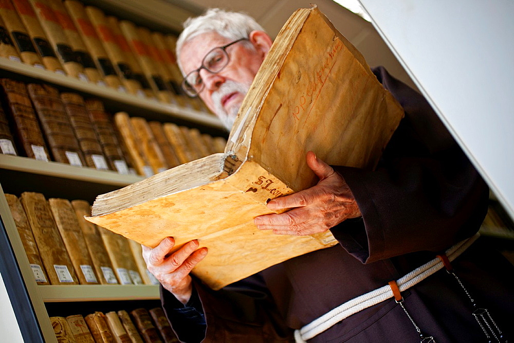 Tarsicio Azcona. Incunable book of universal history. Antonius Koberger auther. Padres Capuchinos library. Pamplona. Navarre. Spain.
