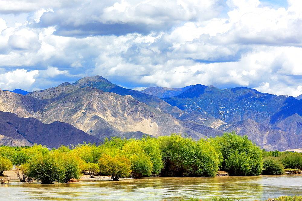 Yarlung Tsangpo (Brahmaputra) River valley, Lhoka (Shannan) Prefecture, Tibet, China.