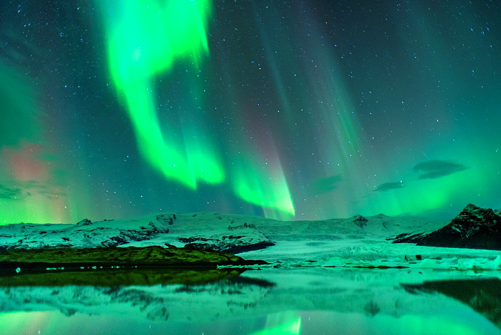 Northern lights in Fjallsarlon, Vatnajokull National Park, Iceland.