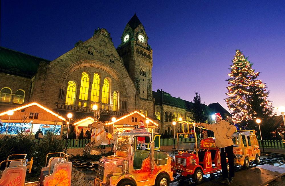 Fun fair, Christmas market on General de Gaulle  place, front of historic railway station building, Metz, Lorraine, France