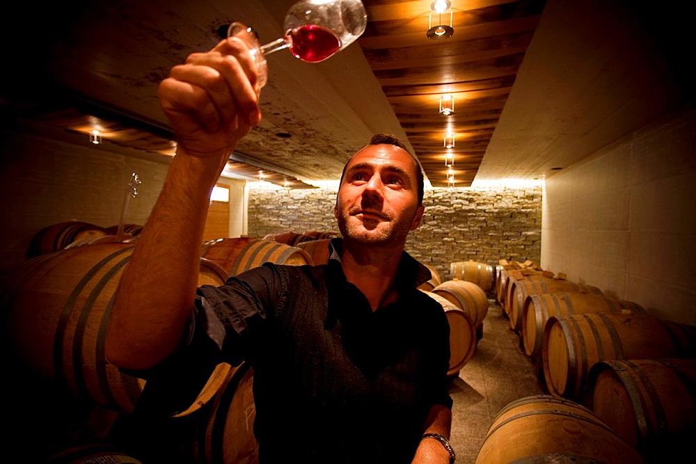 Cyril Séverin, enólogo y propietario de la Bodega Domaine de Daley en el Interior de la cava en Lavaux.