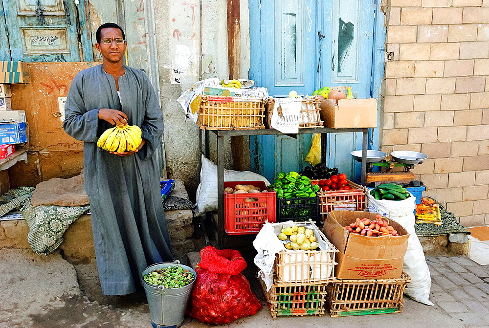 Fruit and vegetables street vendor - Aswan, Upper Egypt. - 817-472255