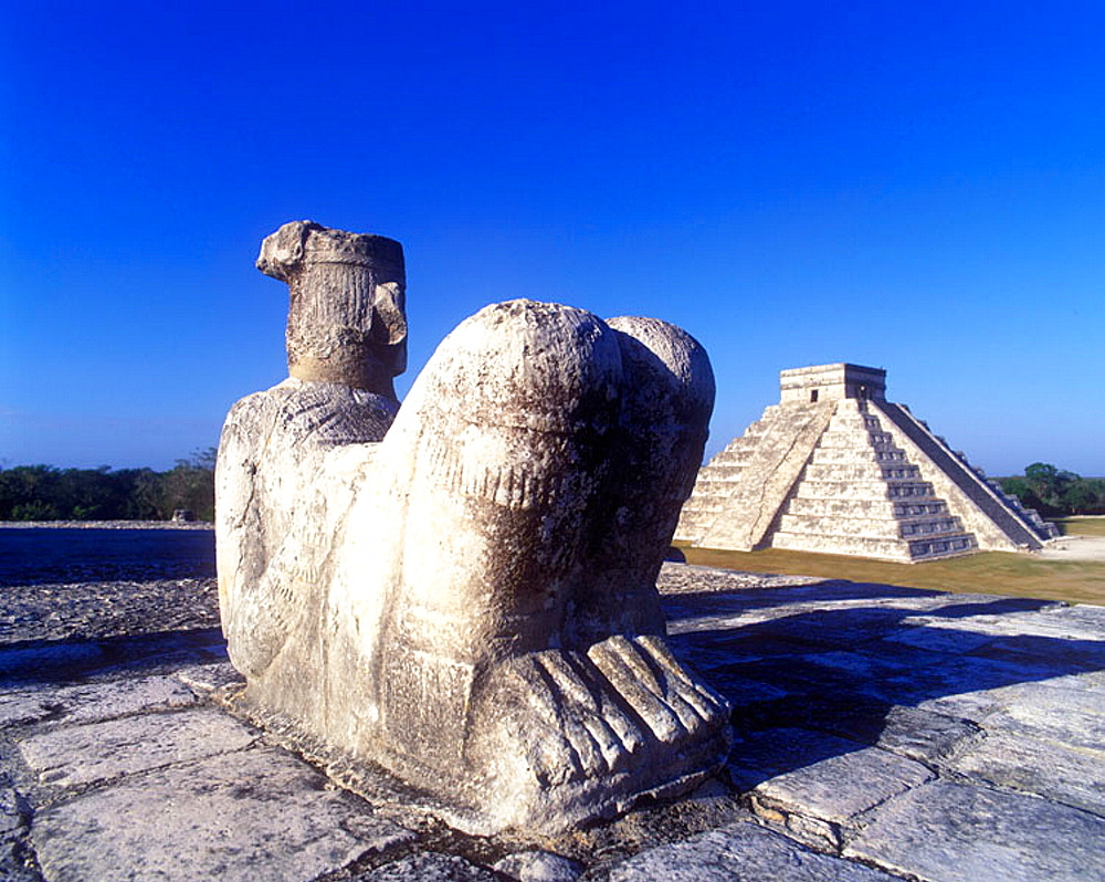 Chac mool altar & el castillo (kukulkan) pyramid, Chichen itza ruins, Yucatan, Mexico.