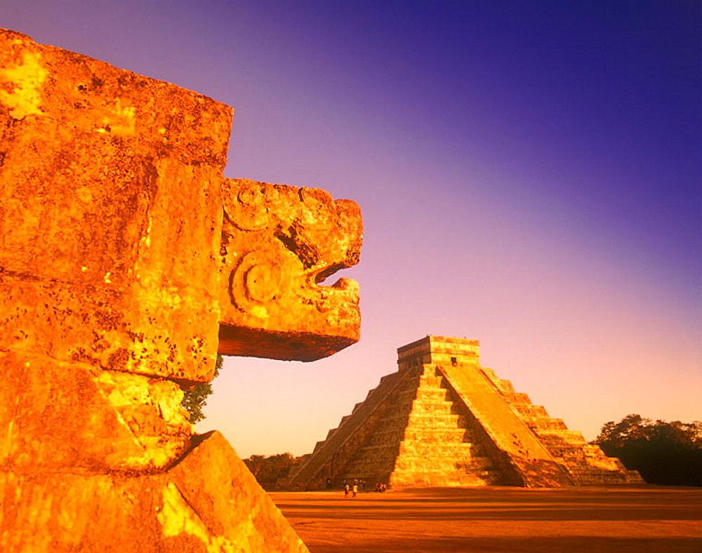 Jaguar platform, El castillo (kukulkan) pyramid, Chichen itza ruins, Yucatan, Mexico.
