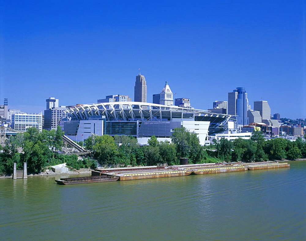 Paul Brown football stadium & downtown skyline, Ohio river, Cincinnati, Ohio, USA.