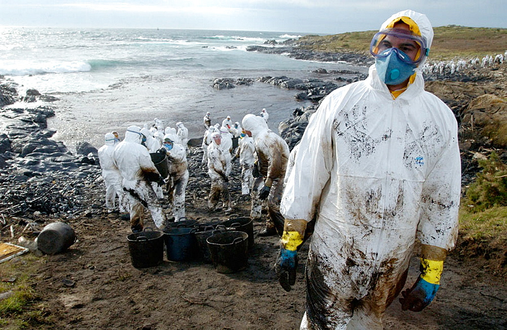 Soldiers dressed with protective clothing cleaning up the oil spill ('chapapote') from Prestige tanker, Dec, 2002, Costa da Morte, A Coruna province, Galicia, Spain - 817-65178