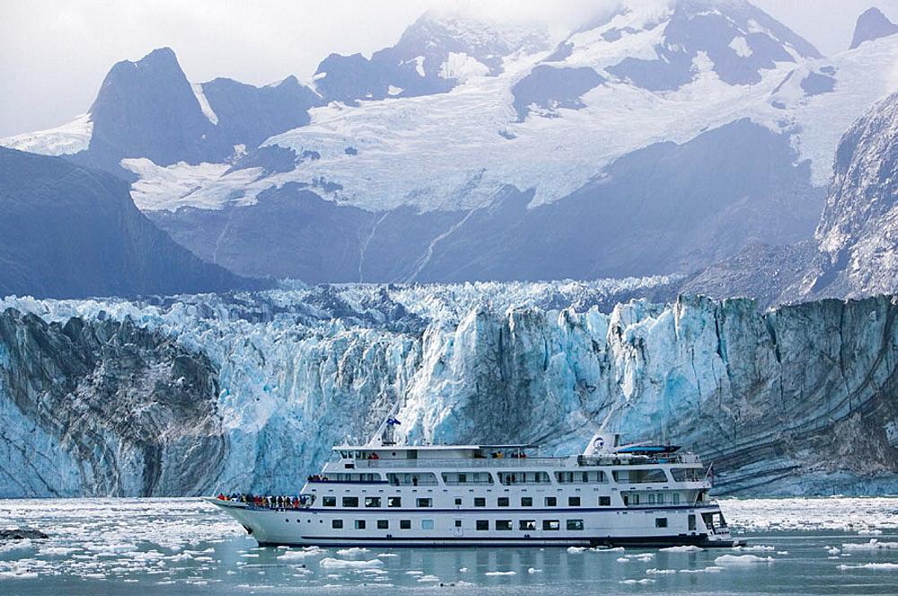 Johns Hopkins Inlet, Cruiseboat 'Spirit of Endeavour', Johns Hopkins Glacier, Glacier Bay National Park, Southeast Alaska, USA.