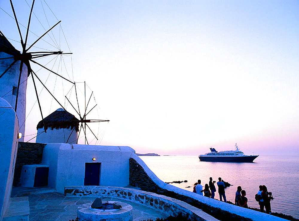 Greece, Cyclades, Mykonos, white whashed street, Lovers looking at the see
