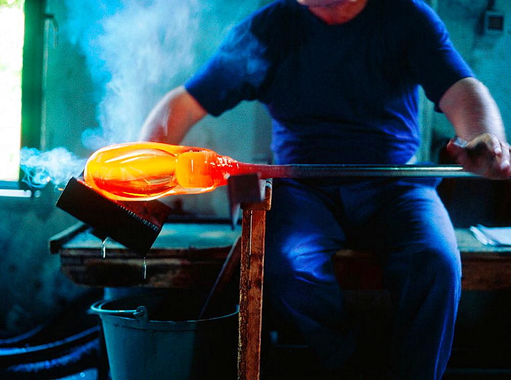 Rolling, Carlo Moretti, Glass maker, Murano, Veneto, Italy.