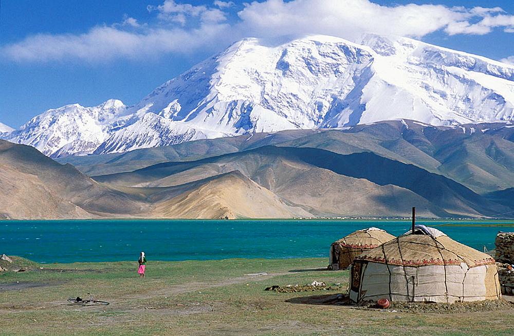 Kirghiz yourte, Karakul (Karakoul) lake (3500m altitude) and Mustagh-Ata mountain (7546m), Sinkiang Province (Xinjiang), China