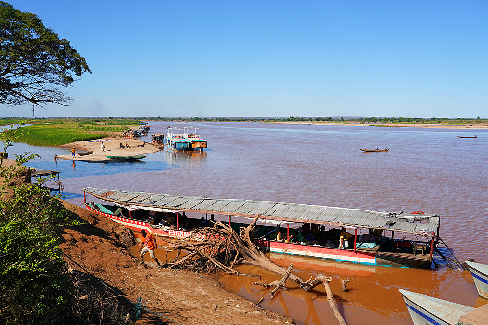 Tsiribihina River crossing near Belo Sur Tsiribihina, Menabe region, Western Madagascar, Africa