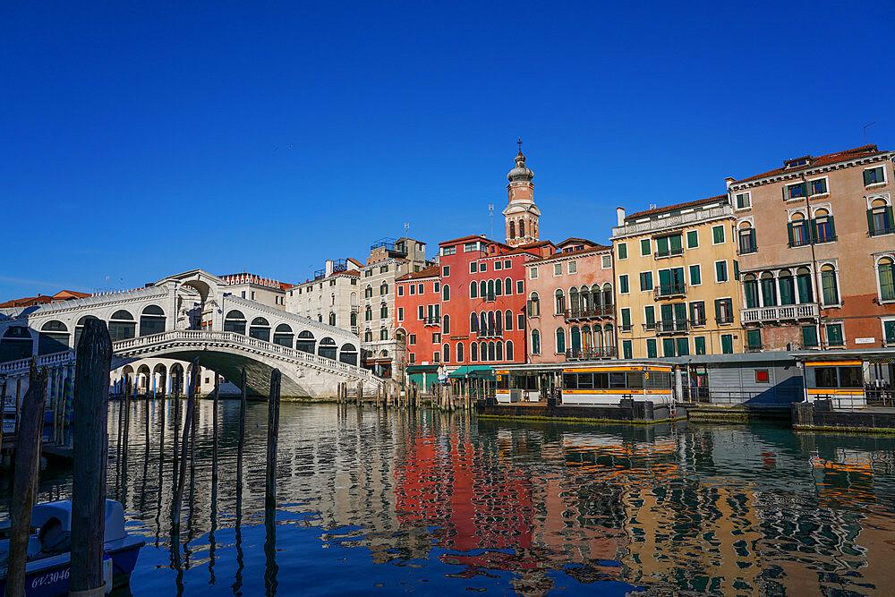 Rialto Bridge on the Grand Canal during Coronavirus lockdown, Venice, UNESCO World Heritage Site, Veneto, Italy, Europe