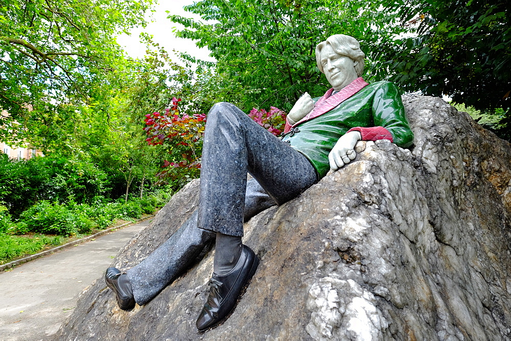 Oscar Wilde statue, Merrion Square, Dublin, Republic of Ireland, Europe