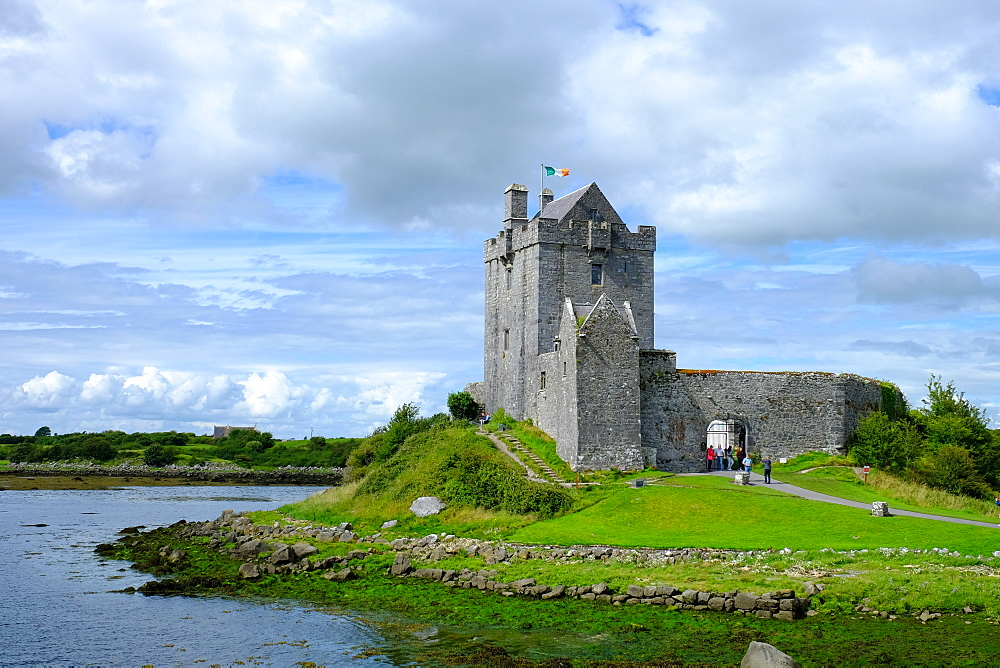 Dunguaire Castle, 16th century tower house on the southeastern shore of Galway Bay, County Galway, Connacht, Republic of Ireland, Europe
