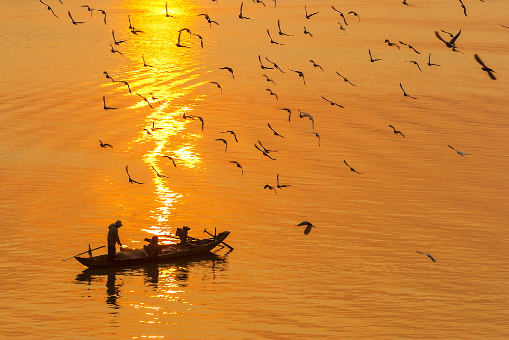 Fishermen at sunrise, Tonle Sap River, Phnom Penh, Cambodia, Indochina, Southeast Asia, Asia - 821-212