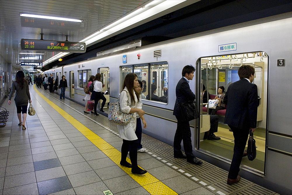 Passengers boarding Tokyo's Hibiya subway line, Tokyo, Japan, Asia - 822-297