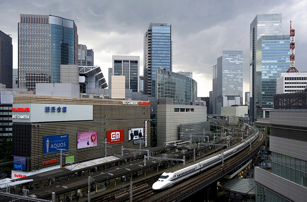 Shinkansen bullet train weaving through maze of buildings in the Yurakucho district of downtown Tokyo, Japan, Asia - 822-302