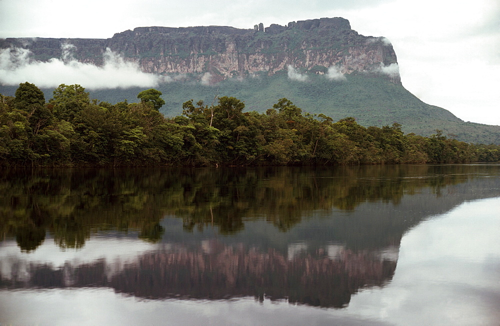 Auyantepui (Auyantepuy) (Devil's Mountain) from Carrao River, Canaima National Park, UNESCO World Heritage Site, Venezuela, South America
