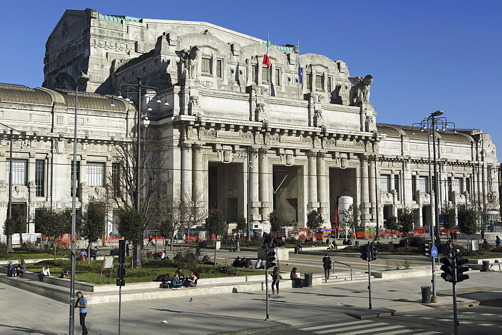 The facade of Milan central railway station (Milano Centrale), designed by Ulisse Stacchini and opened in 1931, Milan, Lombardy, Italy, Europe - 826-618