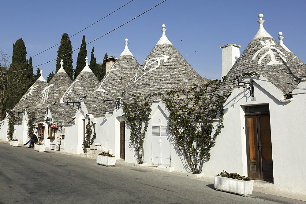 Row of 18th century trulli houses in the Rione Monte district, UNESCO World Heritage Site, Alberobello, Apulia, Italy, Europe - 826-625