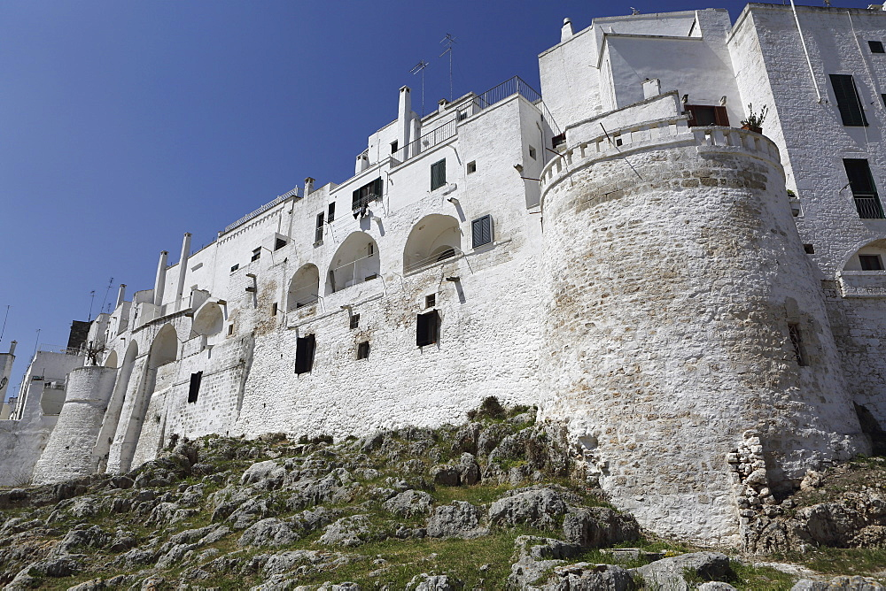 The whitewashed city wall, including a defensive tower, in the white city (Citta Bianca), Ostuni, Apulia, Italy, Europe - 826-639
